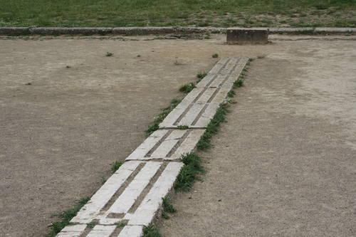 سابقه تاریخی دو سرعت مسابقات دو سرعت در مسافت کوتاه از دیرباز در همه تمدنها مورد توجه بوده و در سوابق تاریخی ملل مختلف از آن یاد شده است. سابقه تاریخی دو سرعت به المپیک های عهد باستان می رسد. برخی از این مسابقات در مسافتی طولانی به طول ورزشگاههای قدیمی یونان، حتی تا 192 متر، در خط مستقیم اجرا می شد. در این نوع مسابقات از بلوک های استارت استفاده می شد که در آغاز مسافت مورد نظر به صورت دو شیار سنگی برای هر نفر در زمین به طور ثابت کنده شده بود. در قرن 18م، مسابقات دو سرعت بین ورزشکاران طبقه اشراف به منظور شرط بندی اجرا می گردید و در قرن 19م دو سرعت به صورت حرفه ای در انگلستان گشترش چشمگیری یافت. سیر تکاملی تکنیک های استارت استارت نشسته را نایک مورفی، سرمربی تیم ملی آمریکا، در سال 1887 ابداع و توصیه کرد. در اولین مسابقه، ای چارلز اچ شریل از این استارت استفاده کرد، دوندگان و تماشاچیان به روش او خندیدند و تصور کردند که روش های استارت را نیاموخته است، ولی بعدا دریافتند که او از استارتی جدید استفاده می کند. پس از آنکه مزایای استارت نشسته نسبت به ایستاده آشکار شد، تمام دوندگان سرعت، دوندگان مانع و حتی نیمه استقامت نیز از آن استفاده کردند. در روش ابتدایی استارت نشسته، پاها در چاله های مخصوص قرار می گرفت و بیشتر وزن بدن روی دستها و انگشتان بود. آرتور دوفی، قهرمان سالهای 1900 تا 1903، از استارت نشسته شبیه استارتهای امروزی استفاده می کرد. استفاده از چاله های مخصوص تا سال 1935 معمول بود. تا اینکه در سال 1935، استفاده از تخته و بلوک های استارت پیشنهاد گردید. سیر تکاملی دو 100 متر و 200 متر و بهبود رکورد آن سیر تکاملی حالت دویدن دوندگان سرعت نیز نظیر سیر بهبود وضعیت استارت است. این امر نیز تا حدودی به استخوان بندی، وضعیت عضلانی، آمادگی جسمانی و حالات فیزیکی بدن آنها بستگی داشته است. طبق شواهد و مدارک موجود، شکل اولیه دو سرعت از یونان باستان الگوبرداری شد و تا ظهور دوندگان نظیر جس اونز و تامی اسمیت – که زنوان خود را نسبت به دوندگان قبلی بالاتر می آوردند – از آن استفاده گردید و به تدریج با کاربرد علوم مختلف در ورزش، بررسی های دقیقتری روی اجرای مطلوب دوهای سرعت به عمل آمد. نحوه پایان دادن به مسابقه و تغییرات تکنیکی آن اجرای تکنیک خاص دوندگان برای عبور از خط پایان، به قرن حاضر بر می گر